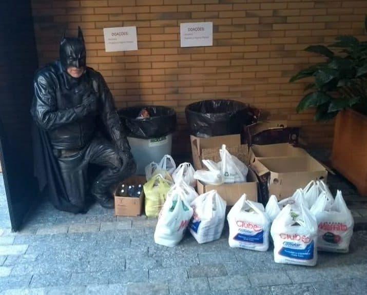Batman e Elas Clube doam alimentos para pessoas carentes