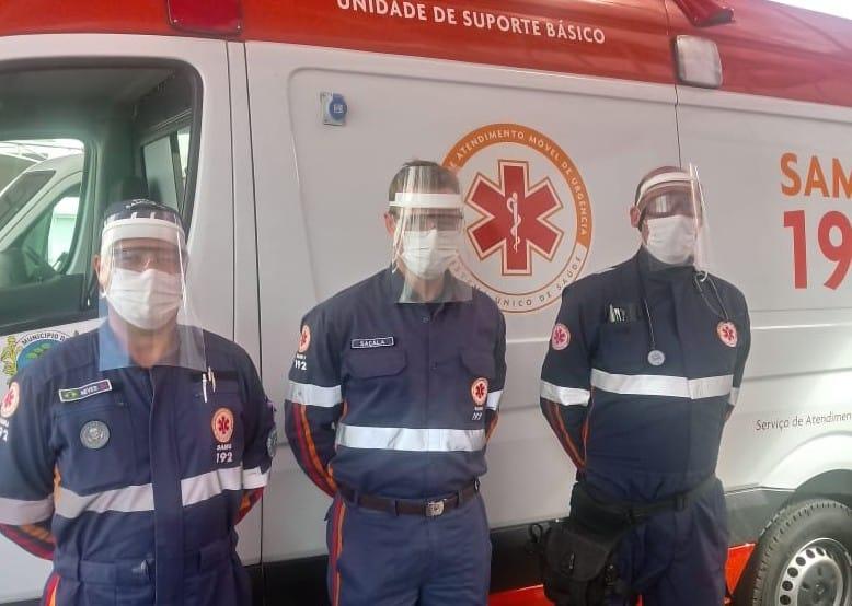 Equipe médica do SAMU com máscaras de proteção facial