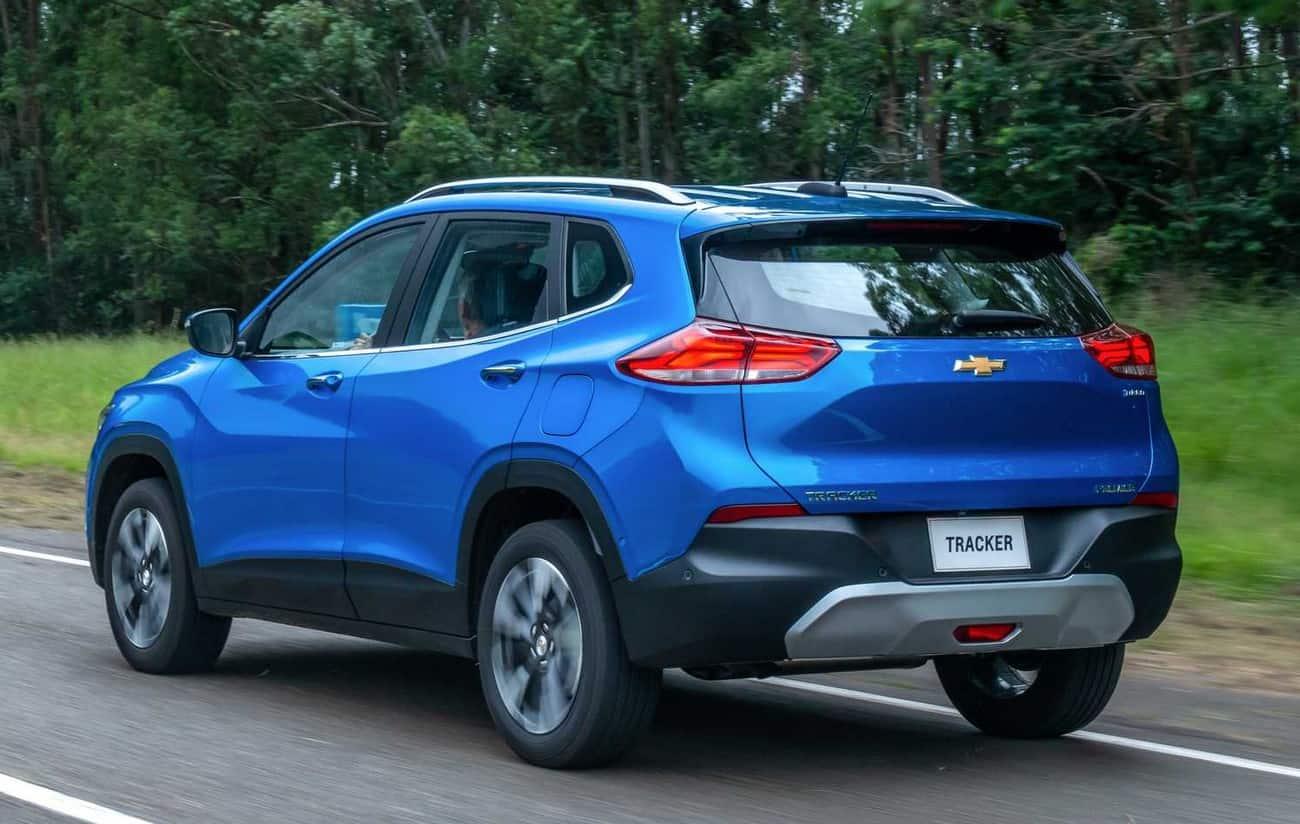 Nova geração do Chevrolet Tracker vista de traseira.