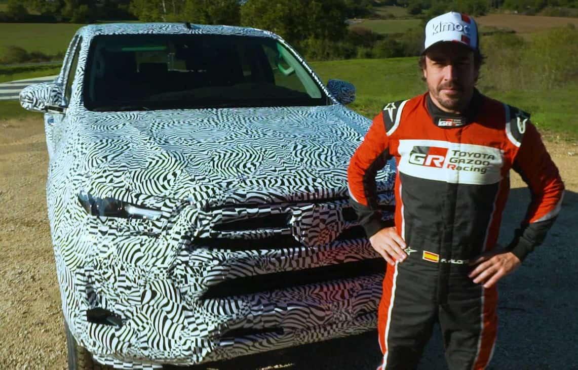 Fernando Alonso e a nova Toyota Hilux, ainda camuflada
