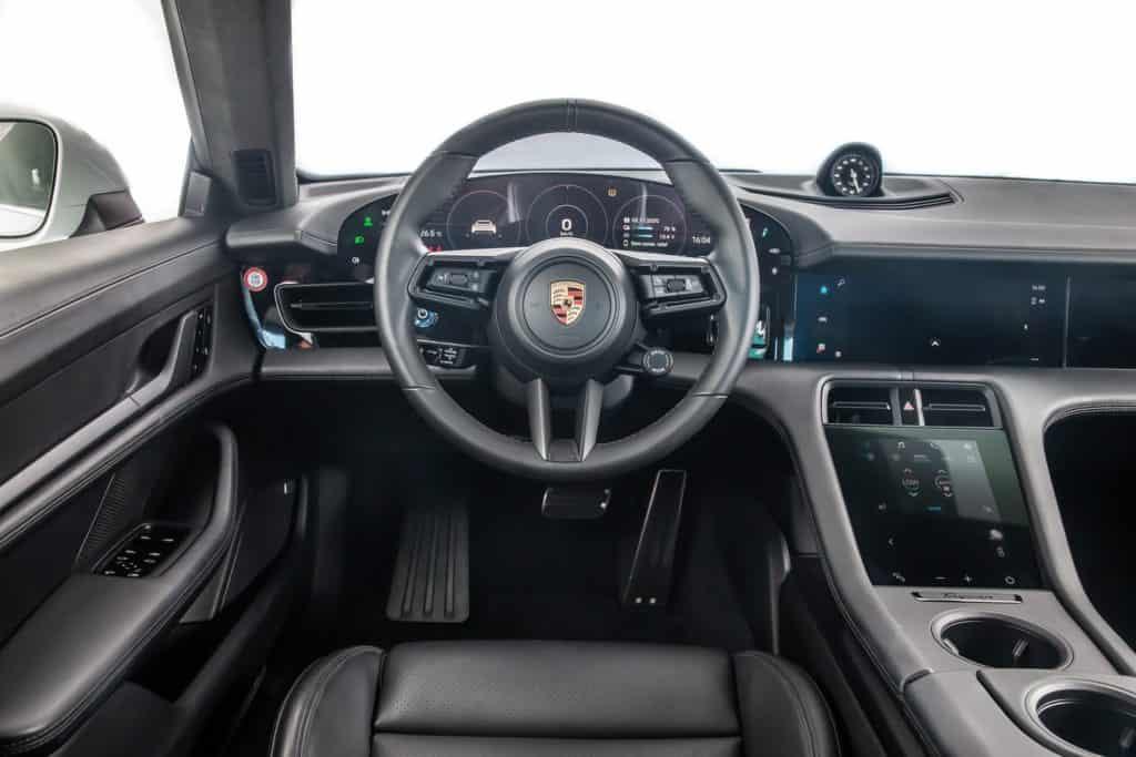 Interior do Porsche Taycan Turbo, o primeiro carro 100% elétrico da marca alemã