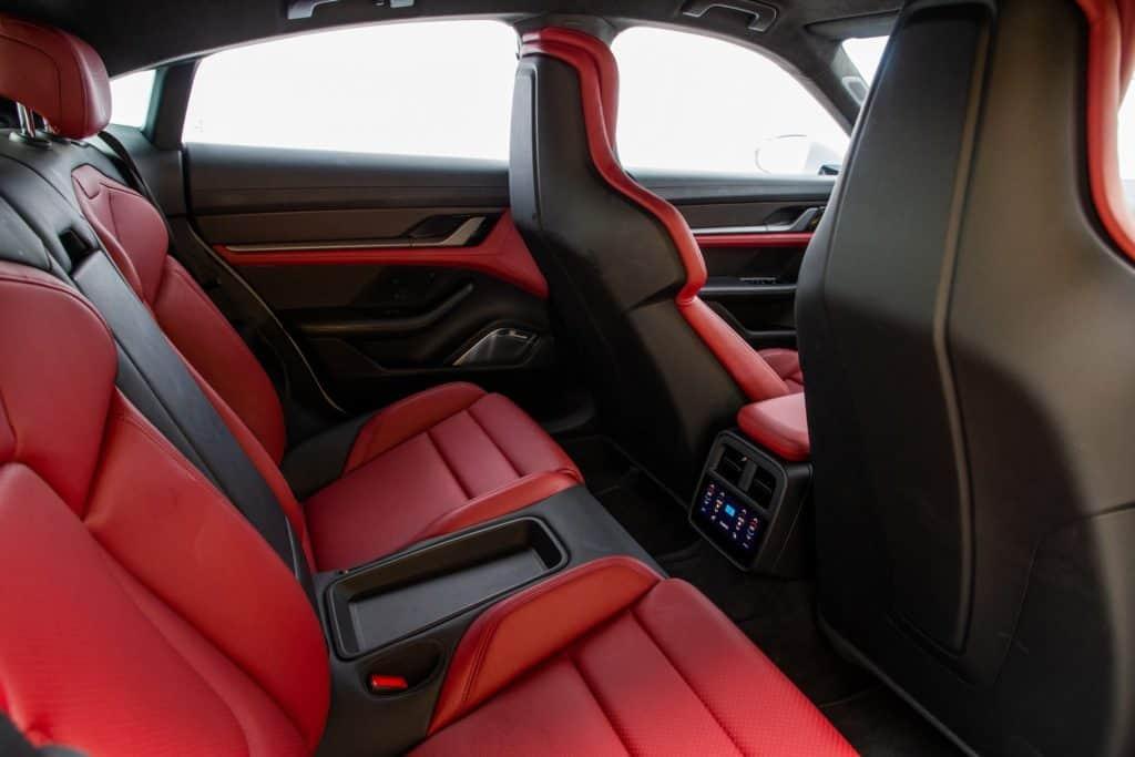 Interior do Porsche Taycan Turbo S, o primeiro carro 100% elétrico da marca alemã