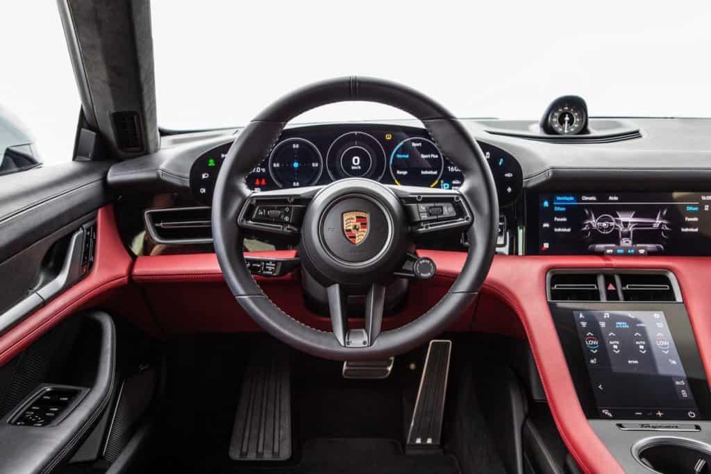 Interior do Porsche Taycan, o primeiro carro 100% elétrico da marca alemã