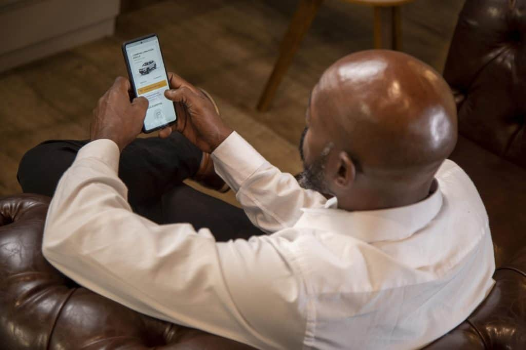Cliente usando celular para acessar site da Flua! carro por assinatura