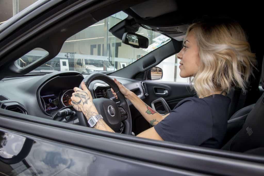 Motorista dirigindo um carro da Fiat