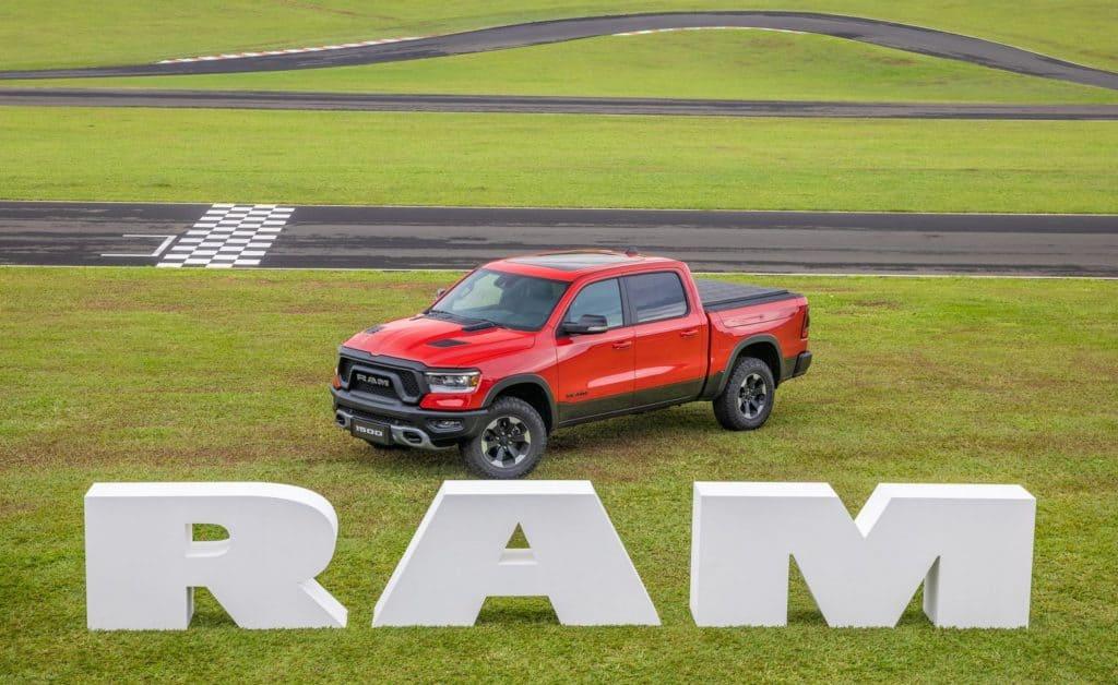 Ram 1500 atrás do logotipo gigante montado numa pista de corrida