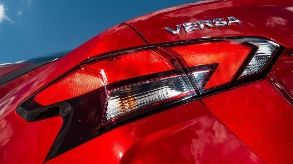 Lanternas estilo bumerangue do novo Nissan Versa