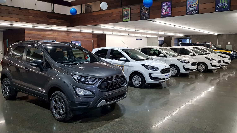 Ford Ecosport e Ka no showroom da concessionária Slaviero, em Curitiba
