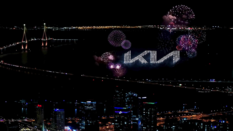 Show pirotécnico revela o novo logotipo da Kia nos céus da Coreia do Sul