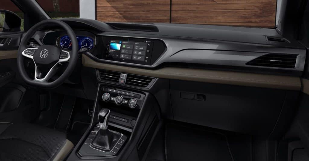 Interior do Volkswagen Taos com painel digital e multimídia VW Play.